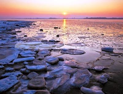 Eisschollen am Strand vor Warnemünde, Mecklenburgische Ostseeküste