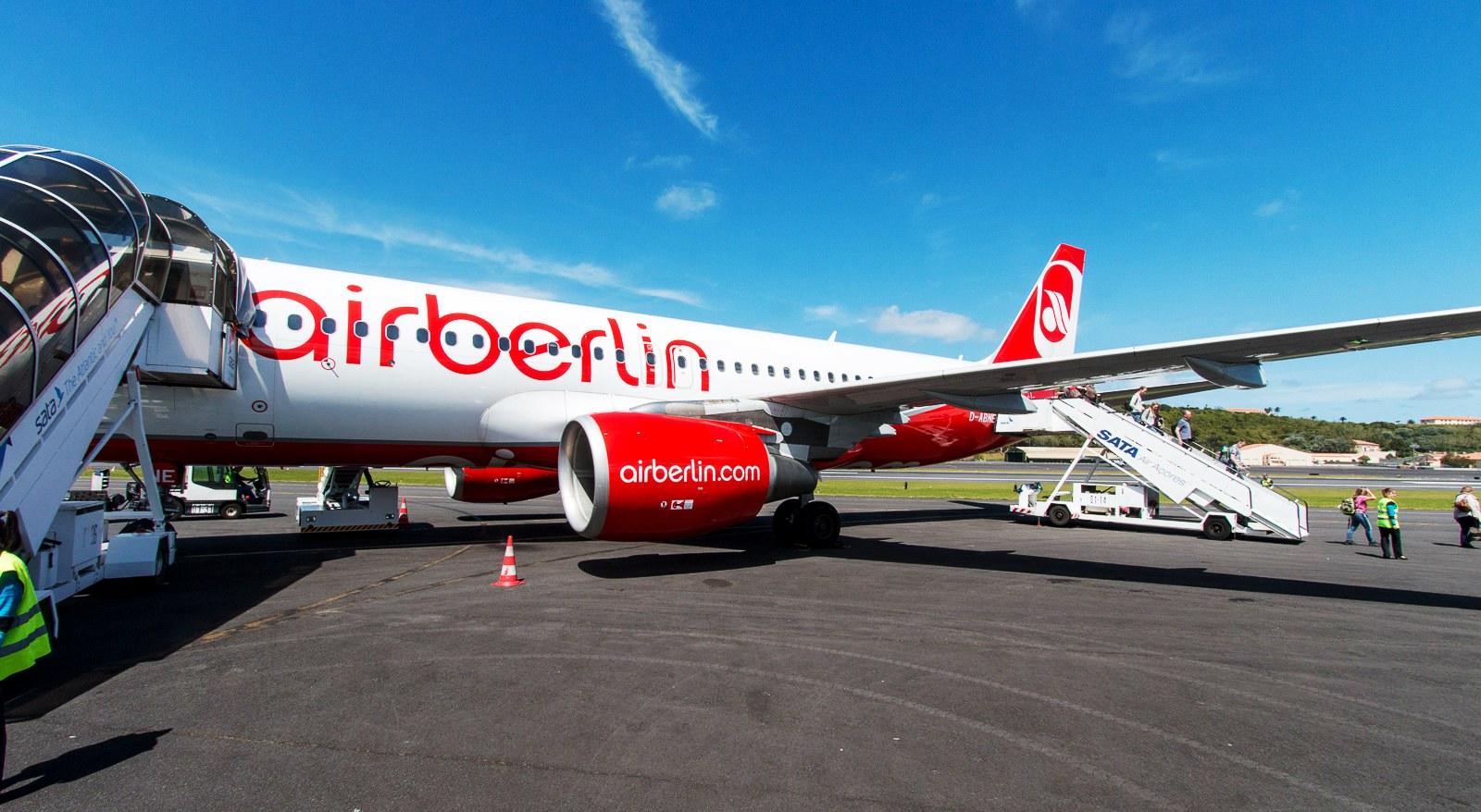 B-Air_Berlin_Airbus_A320_D_ABNE_auf_dem_Flughafen_Lajes_Field_TER_auf_Terceira