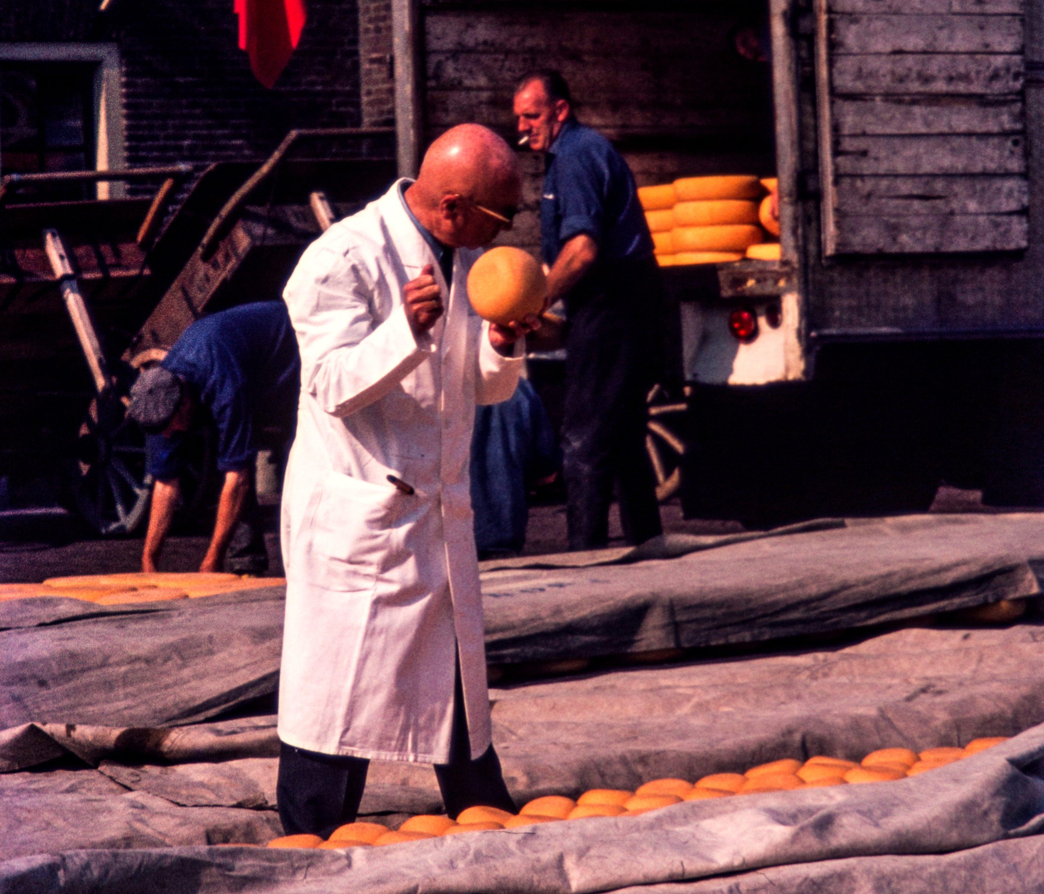 Alkmaar-1967-Kaasmarkt-Kaastest