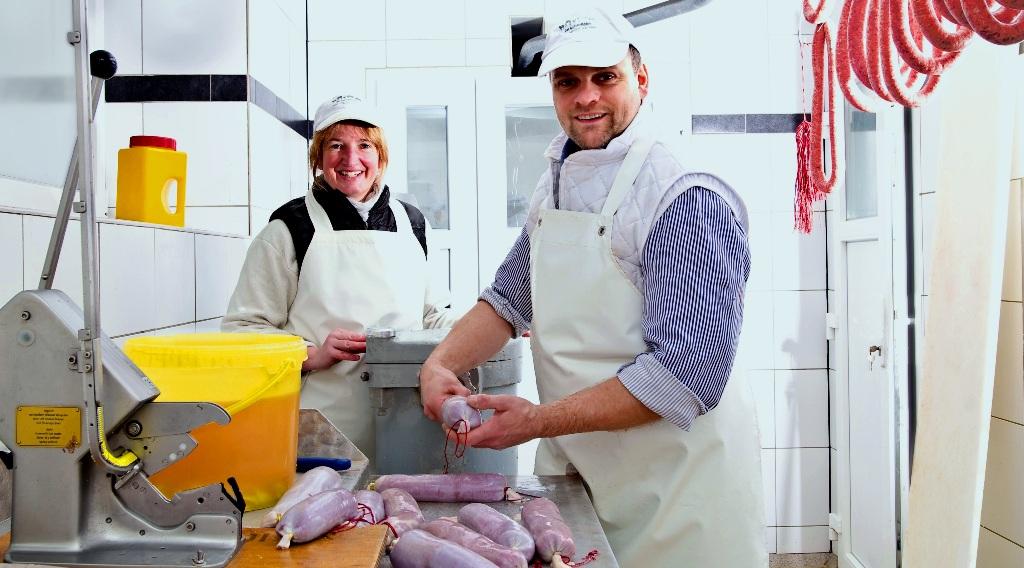 B-Landwirt und Metzger Hermann Häde mit Monika Häde beim Ahle Wurscht machen