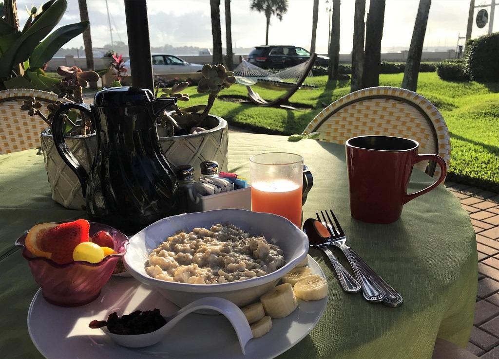 Anfang November im Garten zu frühstücken hat was