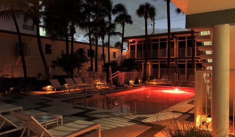 Der Pool jedenfalls ist auch abends beleuchtet